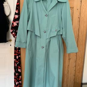 Virkelig flot vintage trenchcoat, i smuk tyrkis farve. Har snørre i taljen, så den kan snørres ind og bruges af mindre størrelser.  Virkelig pæn stand.   #trendsalesfund