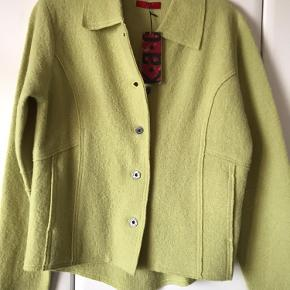 Fiks limefarvet jakke/cardigan. Stiklommer i siderne. Brystvidde 2x52.