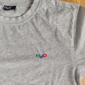 Varetype: T-shirt  Farve: grå, mærket er i grøn, rød og blå