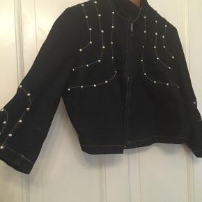 Flot jeansjakke fra Ashley STewart str. 14, Kort jakke med nitter og 3/4 ærmer. Længde 47cm, bryst 122cm. 100kr Kan hentes Kbh V eller sendes for 38kr DAO