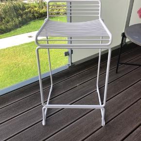 Sælger hvid hay-barstol. Stolen er i fin stand, men med brugsmærker. Den måler 65 cm høj.  Nypris: 1039.-