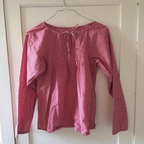 Rigtig fin skjorte med røde og hvide tern. Den er kun brugt få gange, og fejler intet.Nypris = ? Mindste pris = 55,- (ellers byd)