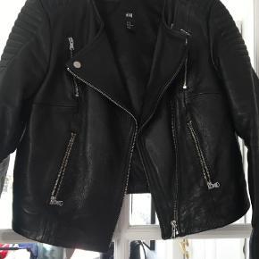 Varetype: Jakke Farve: Sort Prisen angivet er inklusiv forsendelse.  Lækker læderjakke i bikerstil fra H&M i 100% ægte skind.  Sender ikke - den er tung.