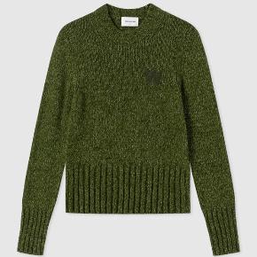 """Flot grøn sweater/strik/striktrøje fra Wood Wood i en størrelse small. Brugt få gange, men med få små """"fnug"""".  Kostede 1400 fra ny og mindsteprisen er derfor 600."""