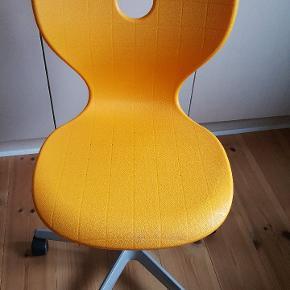 Rigtig fin kontorstol til feks børneværelset. Med gaspatron så den kan justeres i højden.