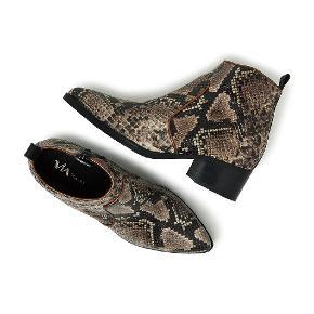 Fedeste korte støvler i Snake print / slangeprint fra Via Vai. Super behagelige at gå i!   Brugt få gange.   Kan afhentes i Charlottenlund eller sendes med DAO på købers regning.