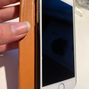 IPhone 6, 128GB, guld. Købt brugt for 2100kr, sælges da den ikke bliver brugt.  OBS: periodisk ustabil på medhør Fejler ellers intet mht funktionalitet, ridser og skrammer ses på billederne, disse kan aldrig undgås.  Skriv for mere information eller kom gerne med bud 🌸🌸