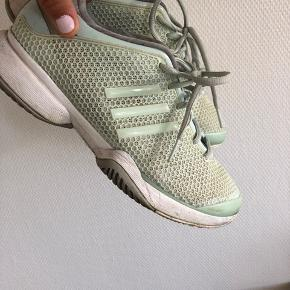 Sneakers fra AdidasXStellaMcCartney str 39. De er brugt, men trænger blot til en vask.