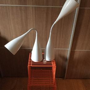 2 Rada by Darø bordlamper i hvid sælges..    Begge er i fin stand, som det ses på billederne..    Super smarte og anvendelige..    Kan ikke huske nyprisen præcist, men mener det var omkring 400-450.kr pr stk..    Sælges samlet for 300.kr..    SE OGSÅ ALLE MINE ANDRE ANNONCER.. :D