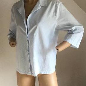 Virkelig lækker kjorte fra Marc O´Polo. Farve: Flere Oprindelig købspris: 800 kr. 3/4 ærmer. Loose fit. !00 % bomuld. Aldrig brugt - vasket og strøget efter køb. Lidt stor til dukken som har den på - hun er str. 36. Sender gerne på købers regning : DAO 39,-