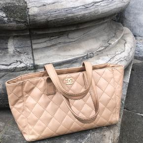 Chanel Vintage Tote 🌸  Fantastisk smuk med enkelte brugstegn på hjørner. Flot stand indvendigt - der er serienummer i.   Sælges for 6.500,-