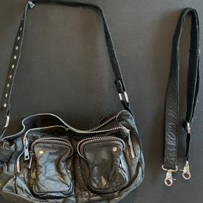 Sælger min nunoo Amilmakka taske da den ikke bliver brugt længere Lang rem med følger  Ikke nogle store tegn på slid BYD!