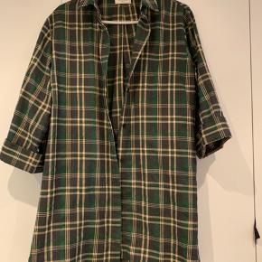Fed oversize skjorte i tyk kvalitet og 3/4 ærmer. Passer alt fra S til L. Brugt få gange. Bytter ikke. Køber betaler porto.