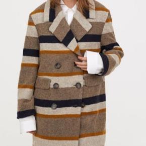 Super fin frakke fra H&M trend. Brugt nogle gange men stadig i fin stand. Har lidt fnuller hist og her. Bytter ikke