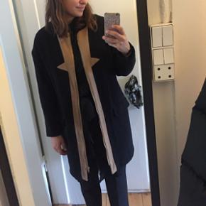Frakke både til efterår og vinter. Købt for nogle år siden men ikke brugt så meget. Str M. Mp. 100kr. Standen er som ny.