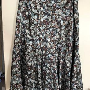 Smuk vintage nederdel. I silkelignende stof. Er en alm str 38. Måler 2x40 cm i livet og 75 cm i længden