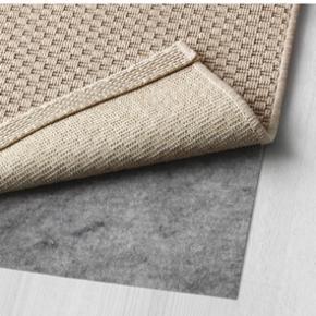 Tæppe fra Ikea. Aldrig brugt kun lagt ud på gulvet i 10 min, og derefter rullet sammen, da det desværre ikke passede hjem til os alligevel. Kom med et bud