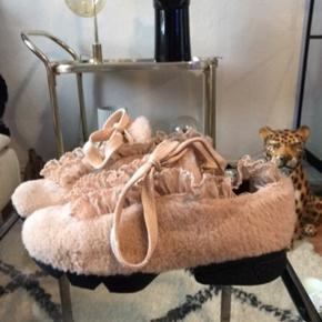 Vanvittigt fine og specielle Ganni sko i teddybear , fluffy nude look .  De er desværre for store til mig !!!  Gav 2899kr pp!  Med fine blonder  Brugt 2 korte gange ..  mp omkring de 1700!  Sender gerne
