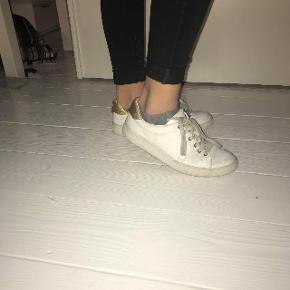 BYD   Modellen hedder calvin Klein solange White/gold   Skoene er købt i starten af sommerferien, har stadig æske.   Np var ca 680  Snørebåndene kan lægges i blød hvis man vil have dem nogenlunde helt hvide igen, har ikke selv gjordt det, da jeg er ikke er så god til sådan noget med at sætte dem rigtigt på igen.  Skriv altid for flere billeder