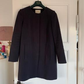 Sælger min mørkeblå og ret klassiske frakke fra Selected. Størrelsen er 36. Giver bare et stilfuldt klassisk look, jeg har brugt den ifm arbejde (ejendomsmægler).