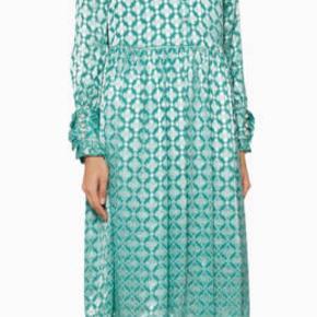 Brugt og vasket en enkelt gang. Smukkeste kjole af silke i en flot turkis med print, flæser og perleknapper. Underkjole medfølger. Kvalitet: 43% silke og 57% viskose Passer en 38-44 ish. Måler ca 54.   Model agacia
