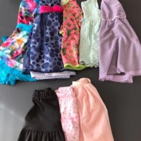 Kjolepakke fra str 98-116 (kun en nederdel i 116)  - 4 kortærmede kjoler - 1 langærmet kjole - 3 nederdele (alle nye)  1 lille plet på den lilla kjole. Ikke forsøgt fjernet  Afhentes i øse eller medbringes til Varde/Esbjerg ved lejlighed