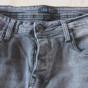 Flotte, velholdte og yderst elastisk cowboyknickers i 98% bomuld & 2% elastane i lidt slidt look. De er brugt ganske få gange, så ser ud som nye. Når de ligger flad på bordet, måler livet ca. 39,5 cm. fra side til side, og så kan de give sig en hel del pga. den meget elastiske kvalitet.  Porto: 38 kr. sendt som pakke uden omdeling med DAO.  Jeg har tøj til både baby, piger, drenge, kvinder og mænd i stort set alle størrelser. Send mig blot din mailadresse, og skriv hvilke størrelser du er interesseret i. Så sender jeg en mail retur med billeder/beskrivelser/priser.