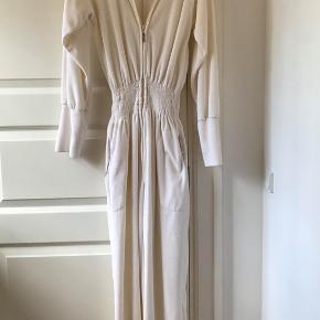 Skøn lys velour Tina Wodstrup homewear dragt, med finde detaljer.  Str. m/s Brugt meget lidt. Nypris 900.-