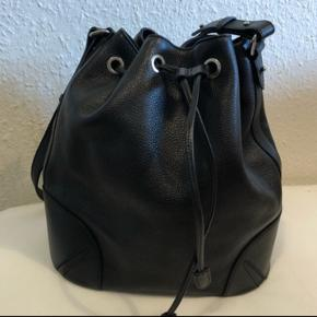 Fin bucketbag fra Decadent, kun brugt to gange, så fremstår som ny.  Originalpris 3.000kr