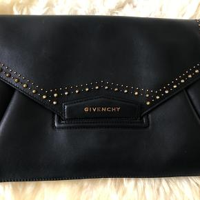 Special edition Givenchy clutch, only sold in the US, bought in New York. Will only be sold to the right price, really good condition.