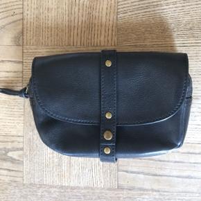 Lækker clutch / pung i 100 % læder. Modellen hedder 'Zita purse'. Stroppen bagpå gør, at tasken også kan sidde i et bælte.