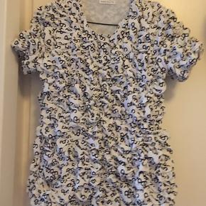 Bytter ikke. Perfekt stand og eftertragt. Den er en størrelse 3, som svarer til en m-l.  Blusen fejler intet, super smuk- jeg får den bare ikke brugt. 🌸Prisen er fast, sælges kun via Køb-nu funktion.🦋