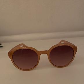 Hej Sælger de her & other stories solbriller. De er lidt mere Rosa i det end på billederne. Jeg har næsten ikke gået med dem, men der er blevet lidt løse i det. Køber betaler fragt(-: