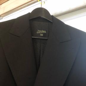 Afsindig flot designer jakke med lækre detaljer, sælges  pgra er for stor til mig ( passer en str 38-40 ). Har nogle små ubetydelige huller, kan sende billeder ved forespørgselPris ide ? 1000 kr
