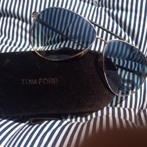 Tom Ford - guld metal med sort glas. UV beskyttelse på 400.  Ny pris 2649,-