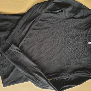 Basic-bluse i sort. Sender gerne.