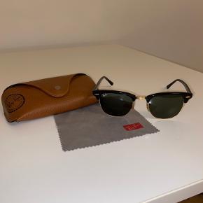Ray-Ban Clubmaster-solbriller i sort. Lille hak i etuiet ved lukningen, ellers ingen fejl på selve solbrillen. Jeg sender gerne flere billeder