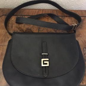 Super lækker Gherardini taske.  Ikke brugt meget. Passet godt på. Superfint både udenpå og indvendigt.