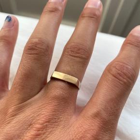 Halvt guld halvt sølv ring.  18 karat guld plade oven på, (IKKE GULDBELAGT, ægte guld)  2cm i diameter  Resten er sølv sterling sølv 925  Kommer med certifikat og ægtigheds bevis
