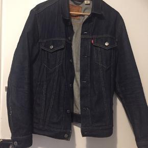 Sælger min næsten nye Levi Strauss Trucker jakke da jeg desværre ikke får den brugt. Kan sendes og afhentes. Nypris 1000