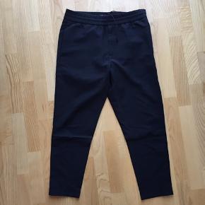 Bukserne måler 31/32. De ser ud som jakkesætsbukser men er behagelige som joggingbukser. De sidder slim.
