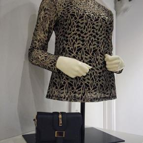 Smukkeste bluse med blonder i sort og guld. Str. L Brugt én gang og er som ny.