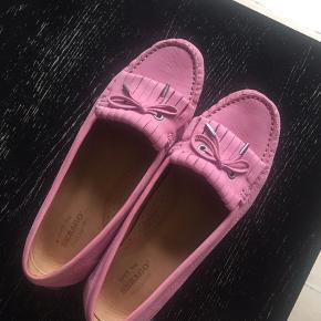 Lækre skind loafers fra Sebago model Harper. Skind både udvendigt og indvendigt. Brugt få gange, eneste brugsspor er lidt skidt på snuden (ses på billede), som kan renses af. Kan prøves og afhentes på Østerbro eller sendes.