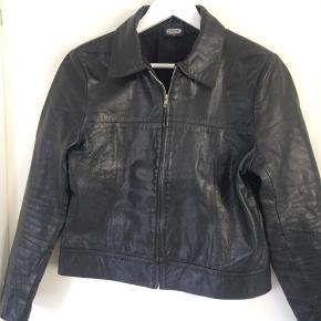 Pæn, enkel jakke str. 14 (s/m), 100% leather.