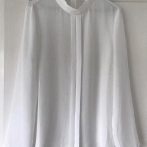 Brugt to gange, gennemsigtig, hvid skjorte.  Tager gerne flere billeder.