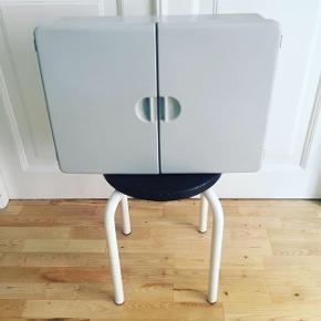 Retro toiletskab i svag grå bakkelit. Praktiske hylder og magnet luk. Pæn stand med mindre brugstegn. Afhentes Kbh Ø.