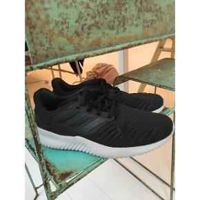 Super fede sorte adidas løbesko i str. 44.Købt i Magasin for 4 måneder siden.  Sælger for min kæreste, som desværre havde købt dem i en størrelse for stor - derfor har de kun været brugt cirka 4 gange.  Kom med et bud! 😊