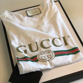 Flot herre Gucci t-shirts i hvid str. m. Brugt en gang i ca. 2 timer. Derfor som ny.  Alt medfølger. Kvittering og æske