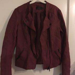 Fin jakke i kunsteuskind. Fragt betales af køber :)
