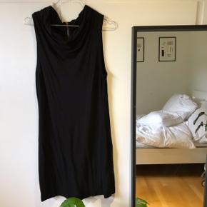 Fin kort kjole fra InWear. Er meget stretchy kan derfor sagtens bruges af m/l. Men den bliver dog mere gennemsigtig.